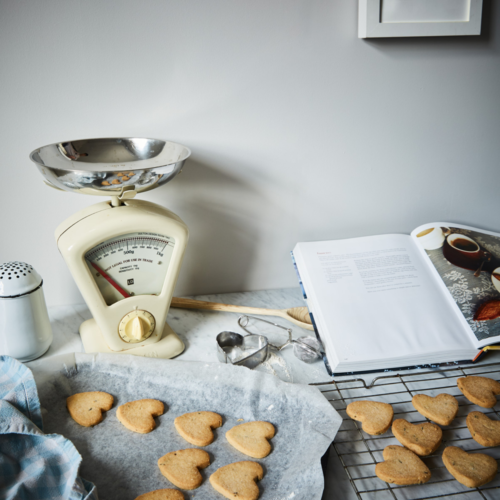 Earthborn's sustainable Christmas tips - bakes your own biscuit decorations ft Cat's Cradle